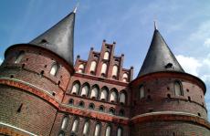 Flusskreuzfahrt Marzipan-Route führt uns auf Handelsrouten der Alten Hanse zur Marzipan-Stadt Lübeck mit seinem sehenswerten Holstentor und der architektonischen Altstadt mit Rathaus, Buddenbrookhaus, Drägerhaus, Salzspeicher und Zeughaus